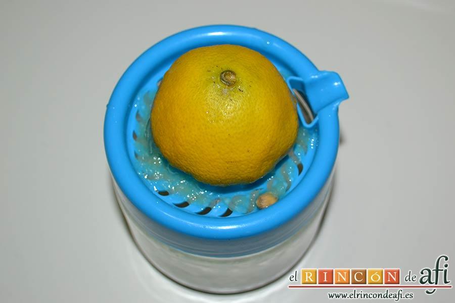 Filetes de vacío de ternera con pimientos rojos y berenjena con miel de caña, exprimir el zumo de medio limón