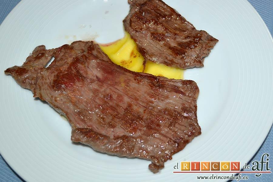 Filetes de vacío de ternera con pimientos rojos y berenjena con miel de caña, poner encima los filetes con sal Maldon