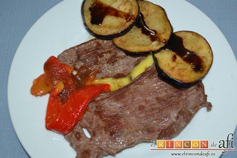 Filetes de vacío de ternera con pimientos rojos y berenjena con miel de caña, sugerencia de presentación