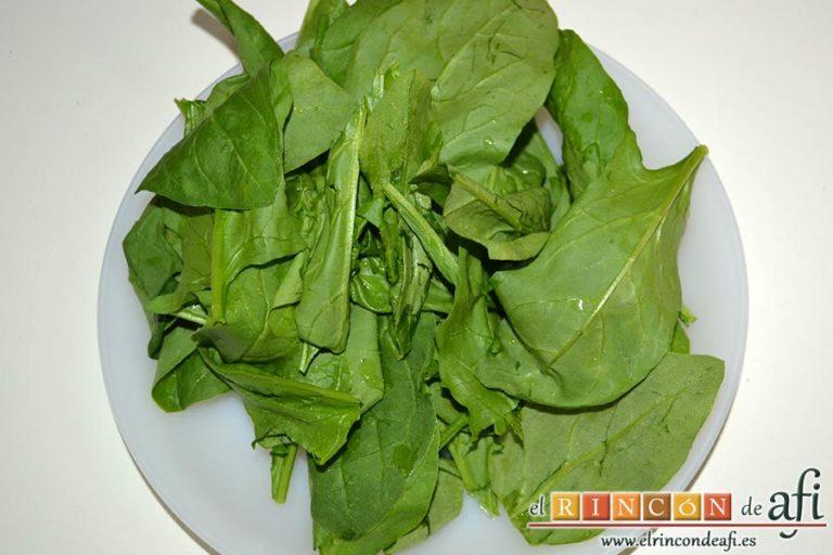 Revuelto de espinacas frescas, setas de cardo y langostinos, dejar solo las hojas de las espinacas