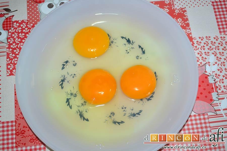 Revuelto de espinacas frescas, setas de cardo y langostinos, preparar los huevos