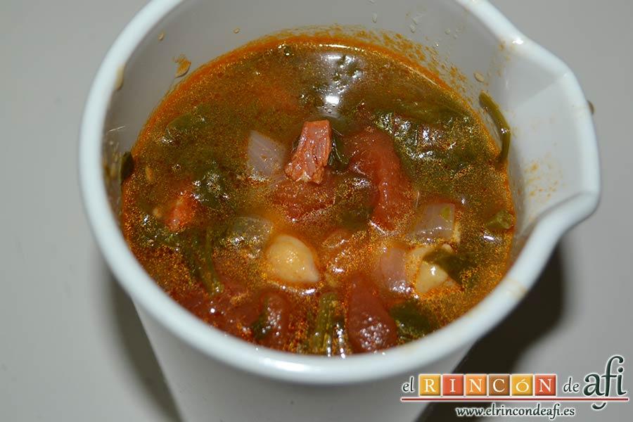 Sopa española de garbanzos y chorizo de Jamie Oliver, pasar unos cuantos cucharones al vaso de la minipimer