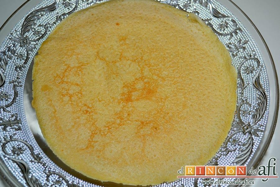 Tarta de filloas con relleno de crema pastelera y cobertura de chocolate, colocar una filloa como base de la tarta