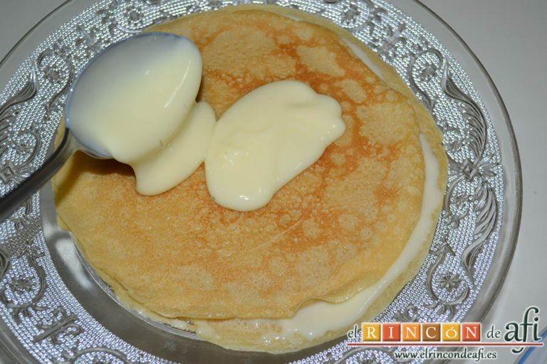 Tarta de filloas con relleno de crema pastelera y cobertura de chocolate, alternar con capas de crema pastelera