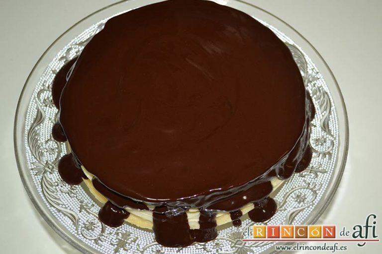 Tarta de filloas con relleno de crema pastelera y cobertura de chocolate, dejar que se derrame por los bordes