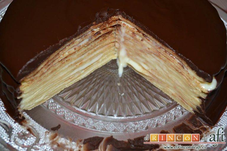 Tarta de filloas con relleno de crema pastelera y cobertura de chocolate, cortar una vez endurecido el chocolate