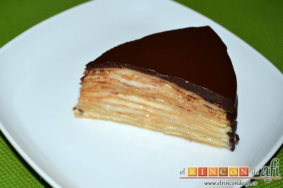 Tarta de filloas con relleno de crema pastelera y cobertura de chocolate, sugerencia de presentación