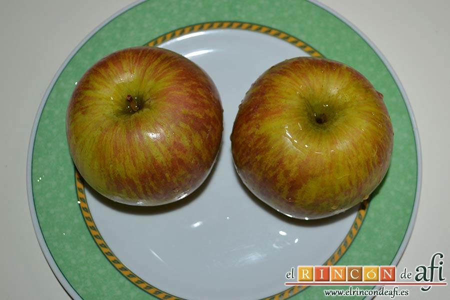Filetes de pollo rellenos con manzanas asadas, queso y miel, lavar las manzanas