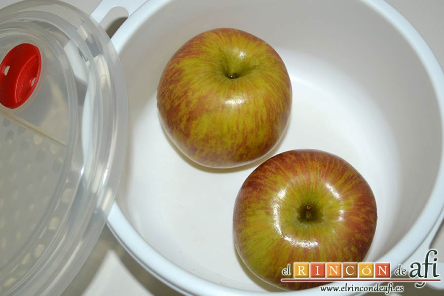 Filetes de pollo rellenos con manzanas asadas, queso y miel, ponerlas en un recipiente para asarlas al microondas