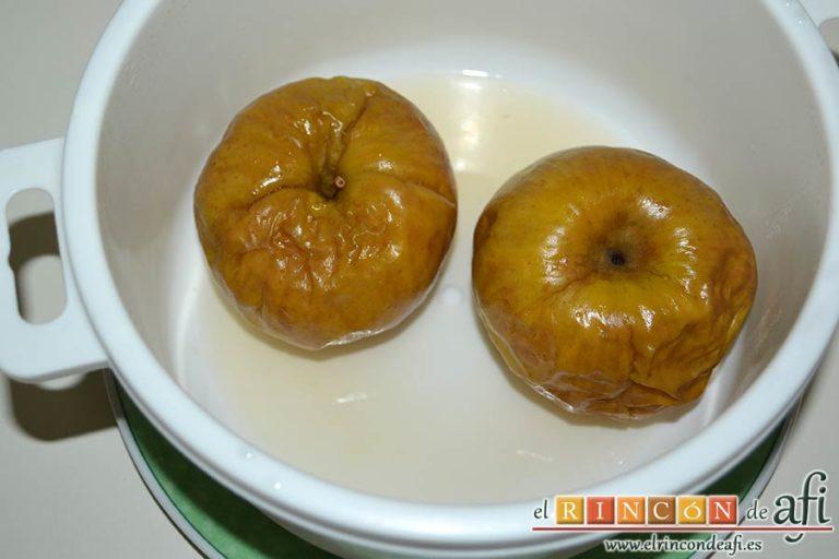 Filetes de pollo rellenos con manzanas asadas, queso y miel, asarlas en el microondas y destapar