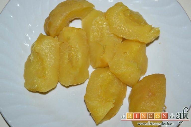 Filetes de pollo rellenos con manzanas asadas, queso y miel, pelarlas y trocearlas