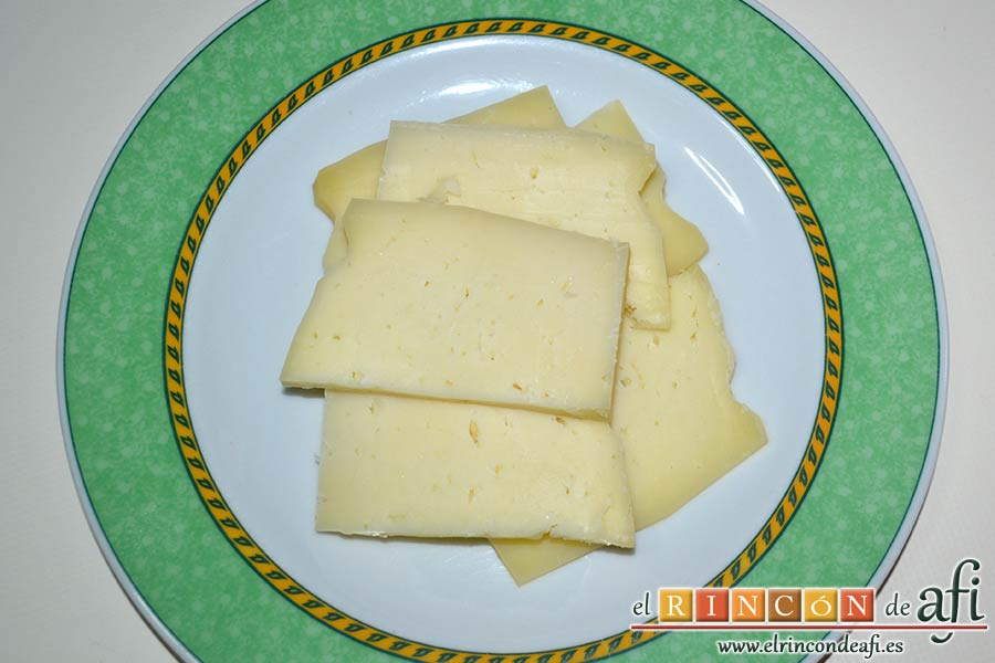 Filetes de pollo rellenos con manzanas asadas, queso y miel, lonchear el queso