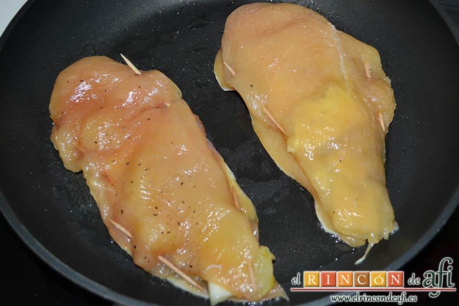 Filetes de pollo rellenos con manzanas asadas, queso y miel, dorarlos por una cara