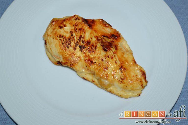 Filetes de pollo rellenos con manzanas asadas, queso y miel, ponerlos en el plato de presentación