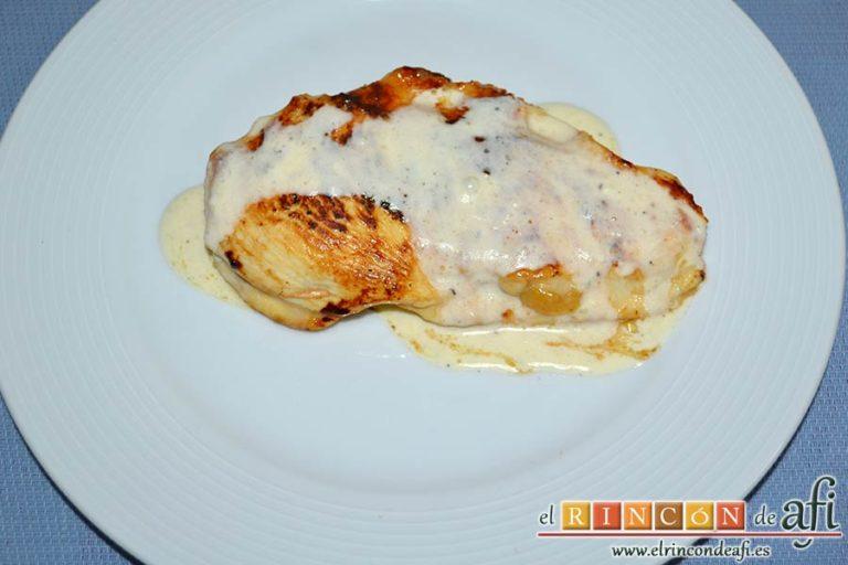 Filetes de pollo rellenos con manzanas asadas, queso y miel, servirlos con salsa por encima