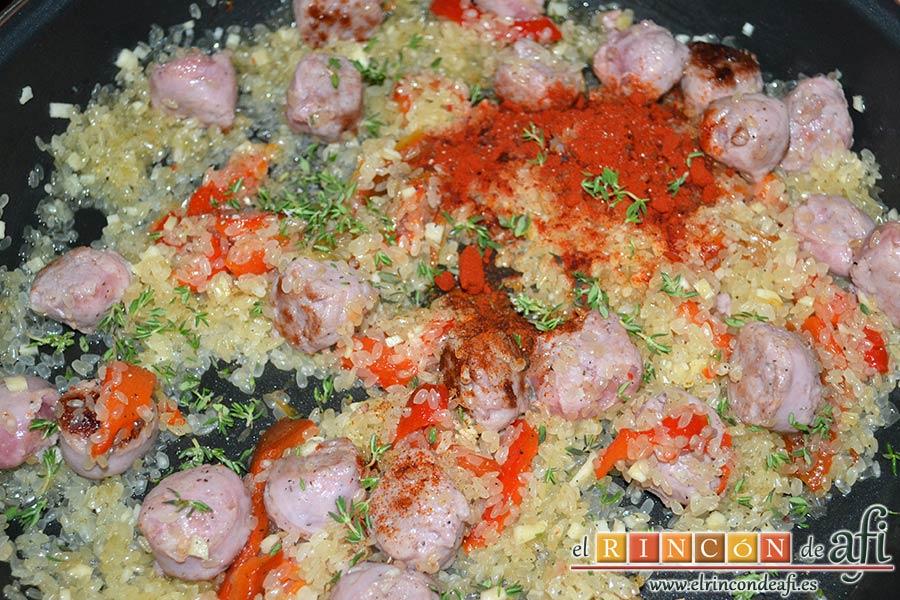 Arroz meloso con butifarra y pimentón ahumado, añadir el pimentón dulce, el pimentón picante, las hojitas de tomillo y las pimientas molidas