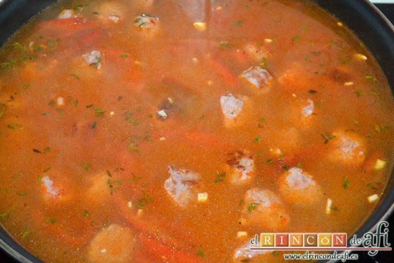 Arroz meloso con butifarra y pimentón ahumado, remover y echar el caldo caliente