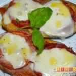 Berenjenas con tomates en rama, jamón y mozzarella