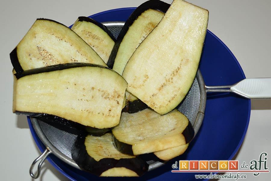 Berenjenas con tomates en rama, jamón y mozzarella, pitarles las puntas y cortarlas en rodajas