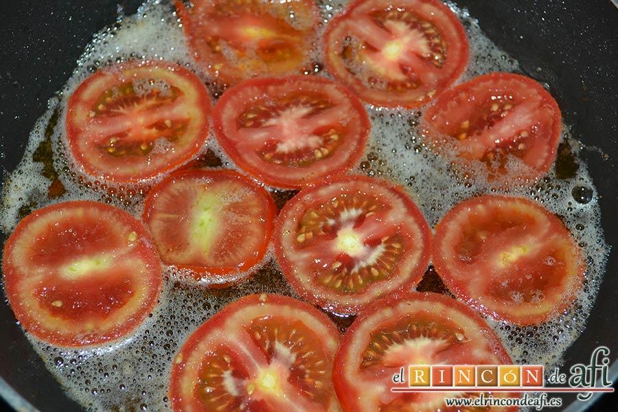 Berenjenas con tomates en rama, jamón y mozzarella, freír los tomates en el mismo aceite