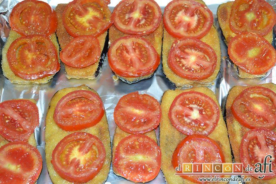 Berenjenas con tomates en rama, jamón y mozzarella, poner rodajas de tomate sobre las berenjenas