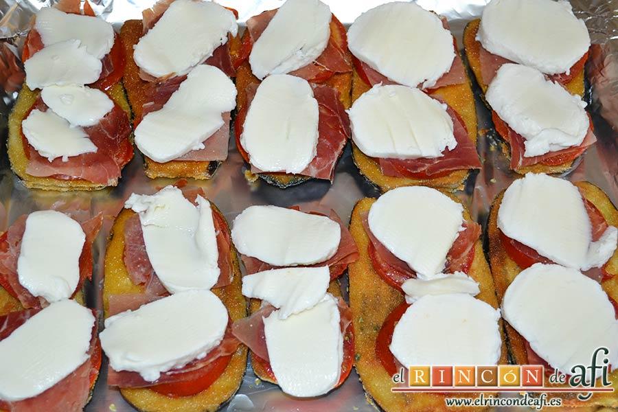 Berenjenas con tomates en rama, jamón y mozzarella, poner una rodaja sobre cada tomate y hornear