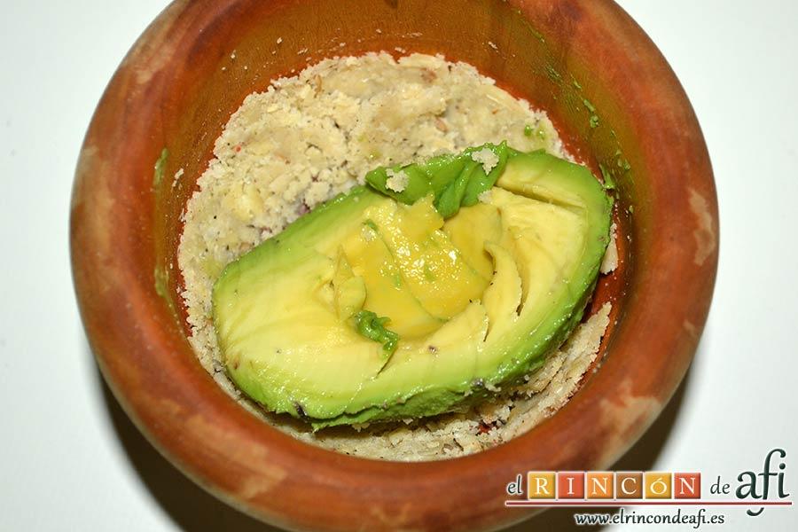 Guacamole de los hermanos Torres o guaca-Torres, añadirlo y mezclar
