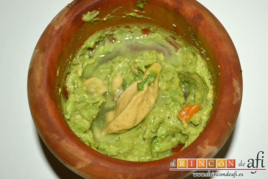 Guacamole de los hermanos Torres o guaca-Torres, añadir la mostaza, el zumo de limón y el ají
