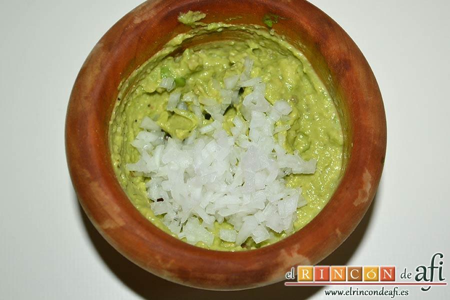 Guacamole de los hermanos Torres o guaca-Torres, añadir la cebolla o chalota