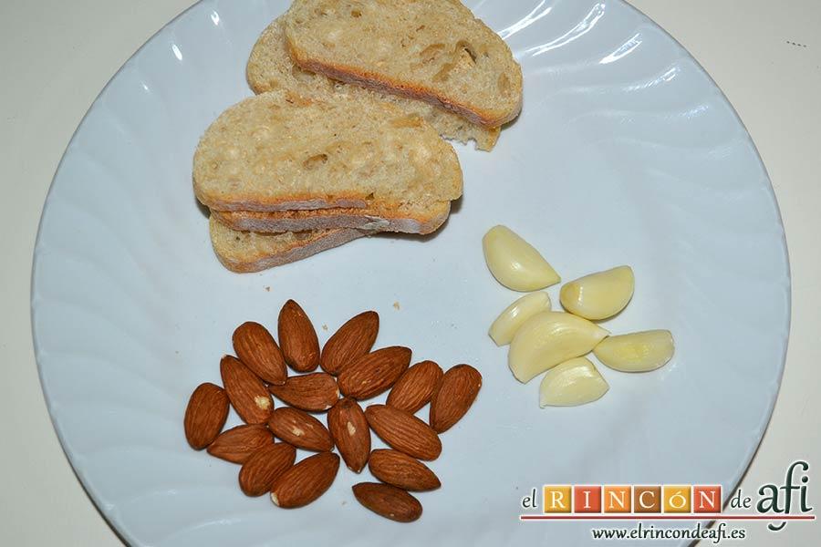 Guiso de longanizas con majada de almendras, pelar los dientes de ajo, preparar las almendras y el pan del día anterior