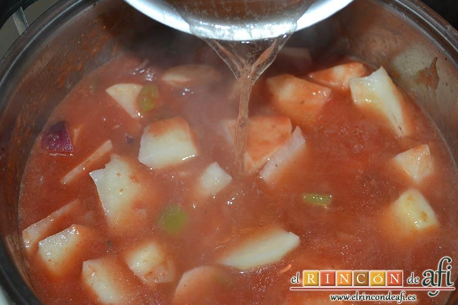 Guiso de longanizas con majada de almendras, añadir el caldo de carne caliente