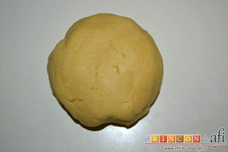Kuchen de manzana, añadir agua muy fría y amasar hasta que tenga forma compacta