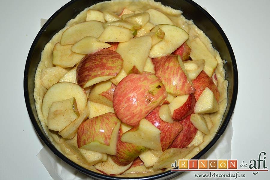Kuchen de manzana, echar dentro el relleno de manzanas