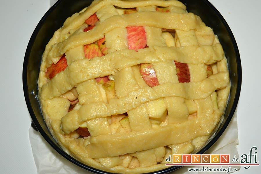 Kuchen de manzana, cubrir formando tiras de masa