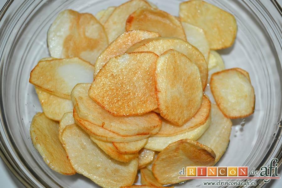 Pastel de chuletas de Sajonia con papas y verduras, freírlas y reservarlas