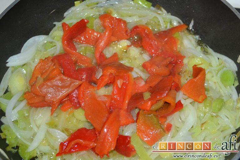 Pastel de chuletas de Sajonia con papas y verduras, añadir las tiras de pimiento asado