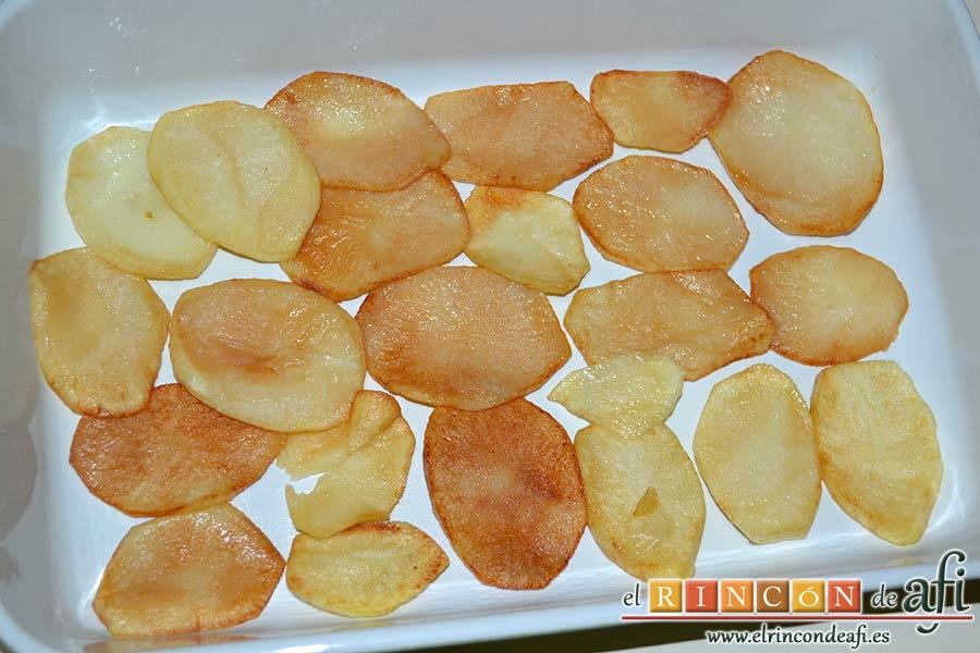 Pastel de chuletas de Sajonia con papas y verduras, en una bandeja para horno poner una capa de papas