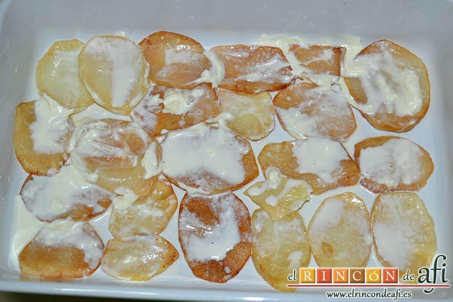 Pastel de chuletas de Sajonia con papas y verduras, añadir un chorro de nata líquida