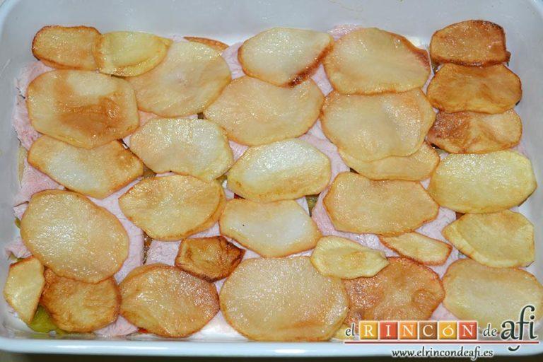 Pastel de chuletas de Sajonia con papas y verduras, otra capa de papas