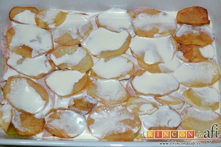Pastel de chuletas de Sajonia con papas y verduras, otra capa de nata