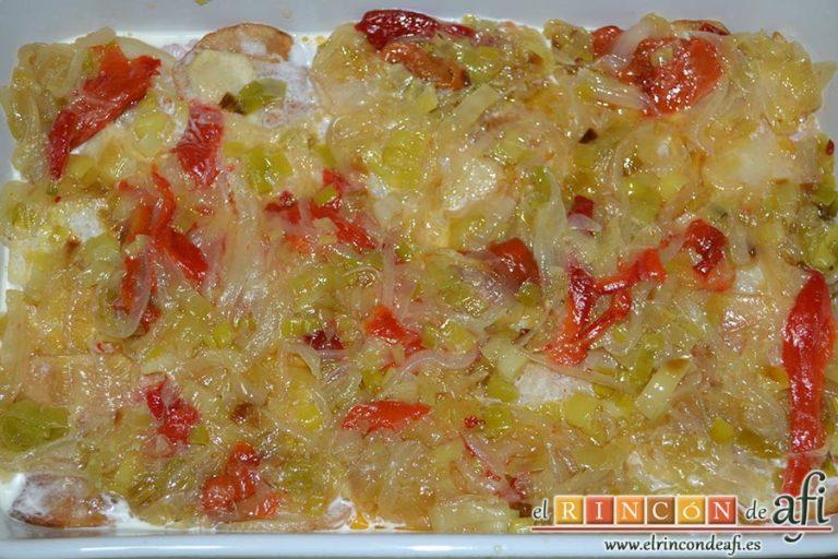 Pastel de chuletas de Sajonia con papas y verduras, otra capa de verduras
