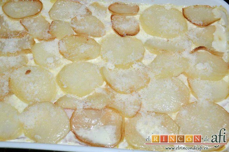 Pastel de chuletas de Sajonia con papas y verduras, espolvorear con queso rallado y gratinar
