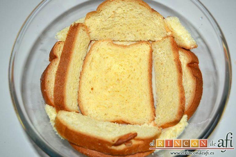Pudin con brioche y melocotón en almíbar, verter un cucharón sobre el pan y poner una segunda capa de brioche
