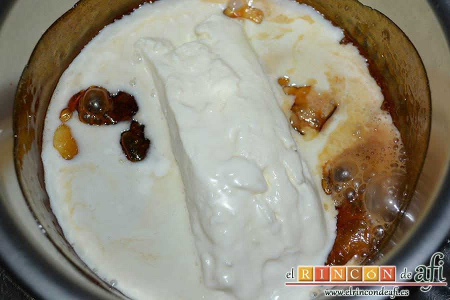 Salsa de caramelo con nata toffee, retirar del fuego y añadir la nata
