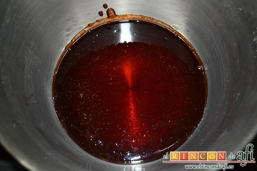 Flan de piña casero estilo Afi, poner el caramelo en el fondo de una flanera metálica