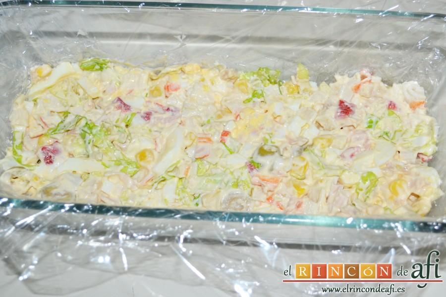 Pastel de pan de molde, poner una tercera parte del relleno y extender