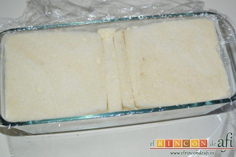 Pastel de pan de molde, otra capa de relleno y otra de pan sin dejar huecos