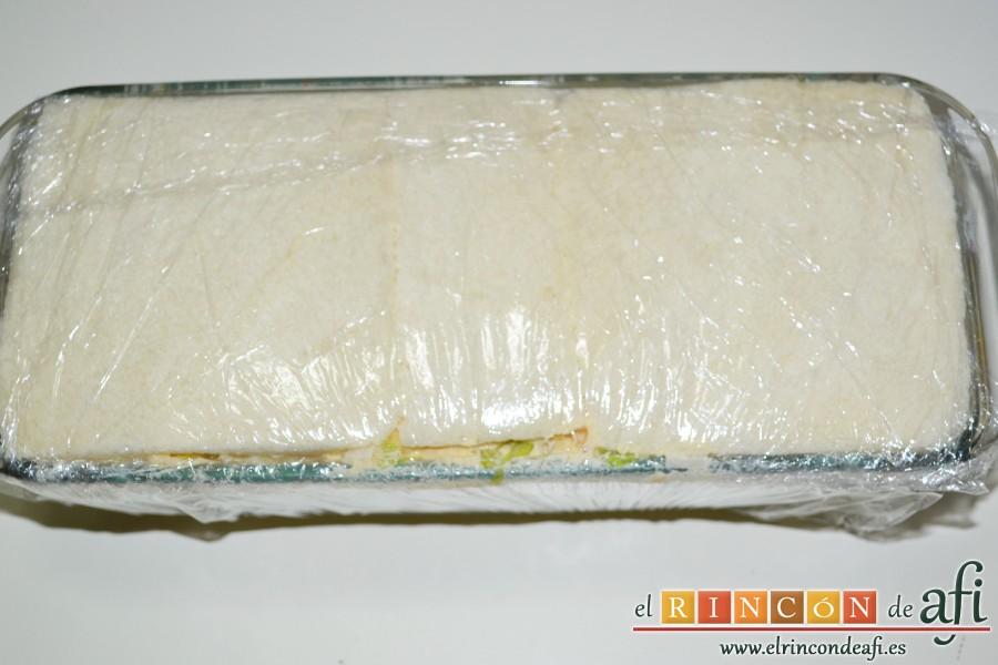 Pastel de pan de molde, cubrir con el film y presionar