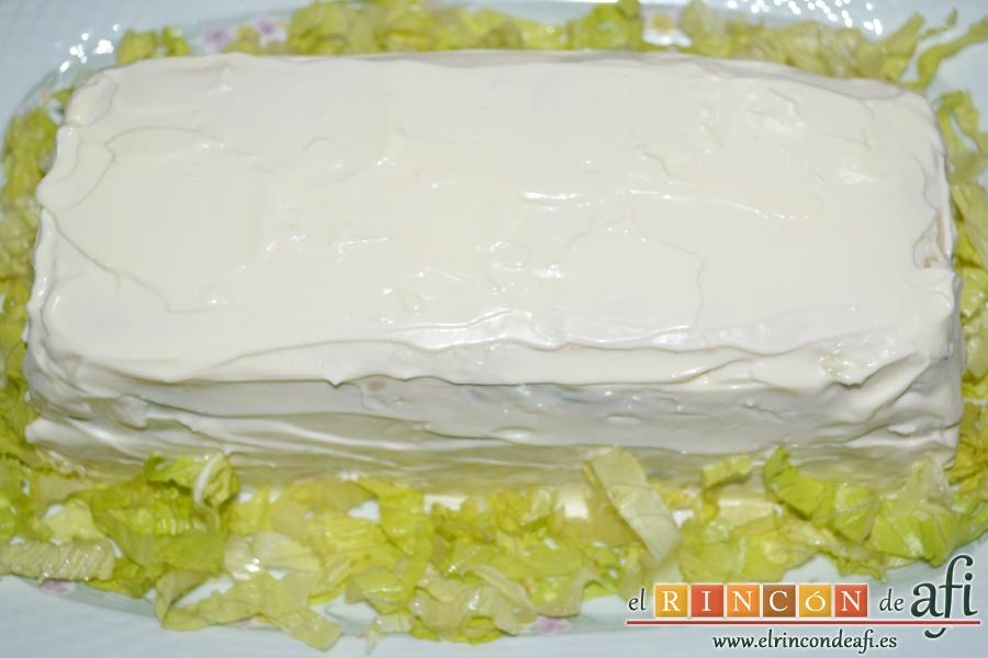 Pastel de pan de molde, servir y colocar alrededor lechuga picada