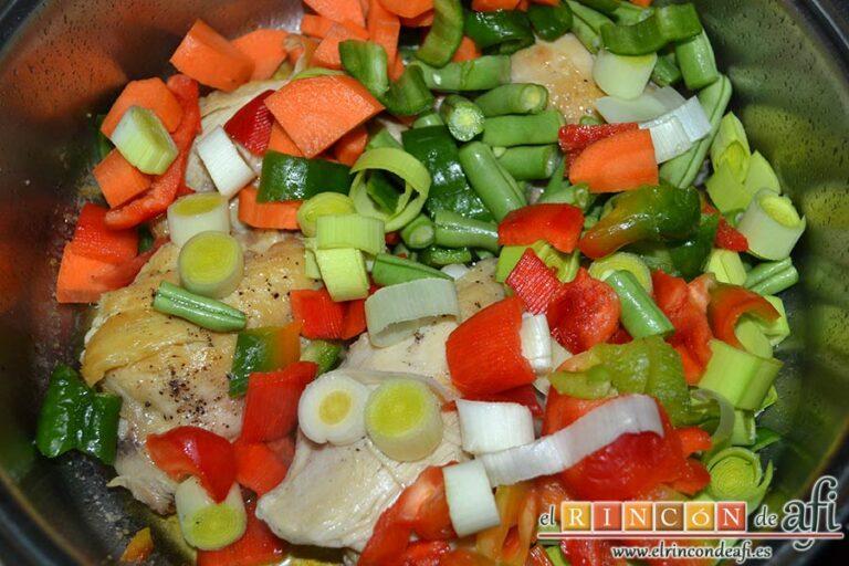 Pollo a la cazadora, agregar las verduras al pollo ya frito